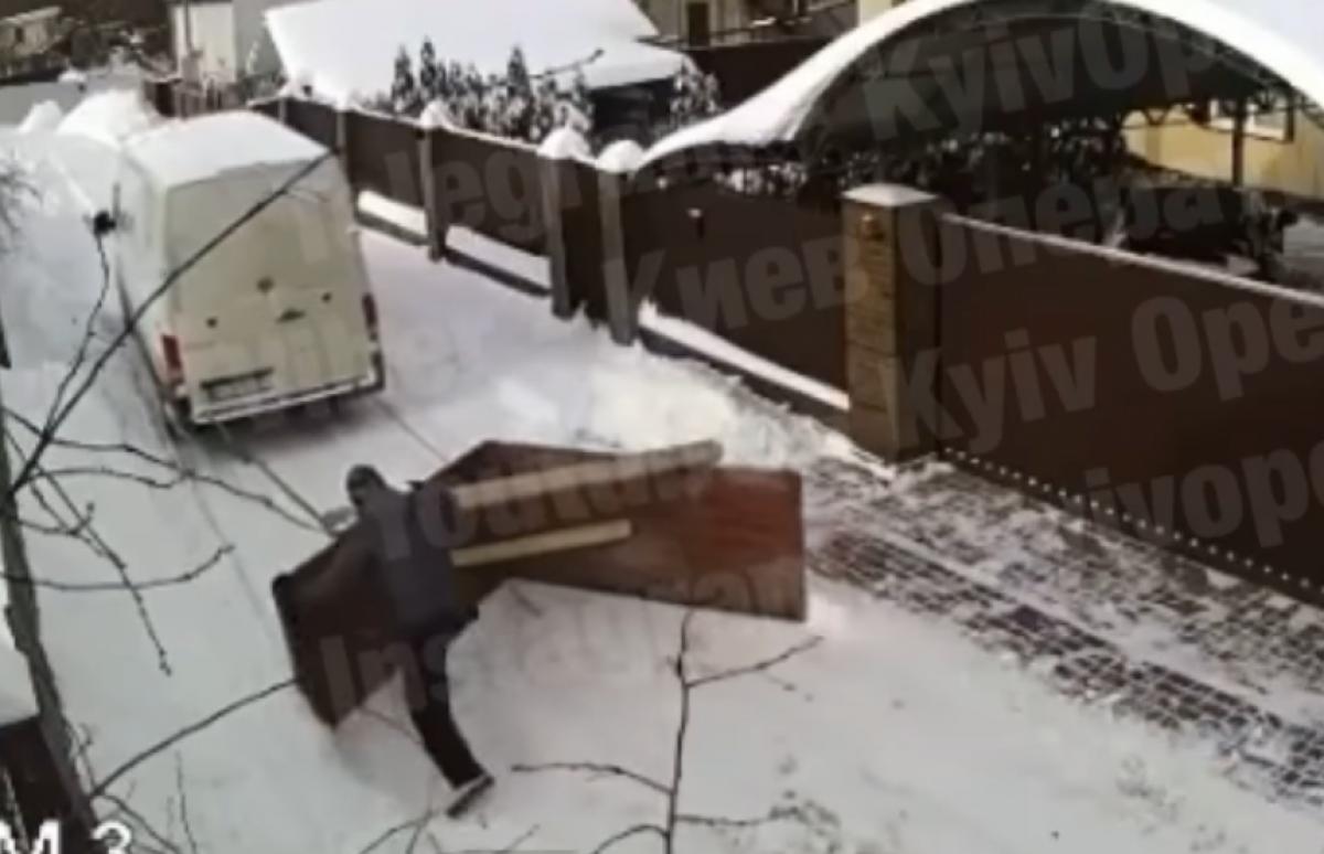 В Ирпене чистят снег оригинальным способом