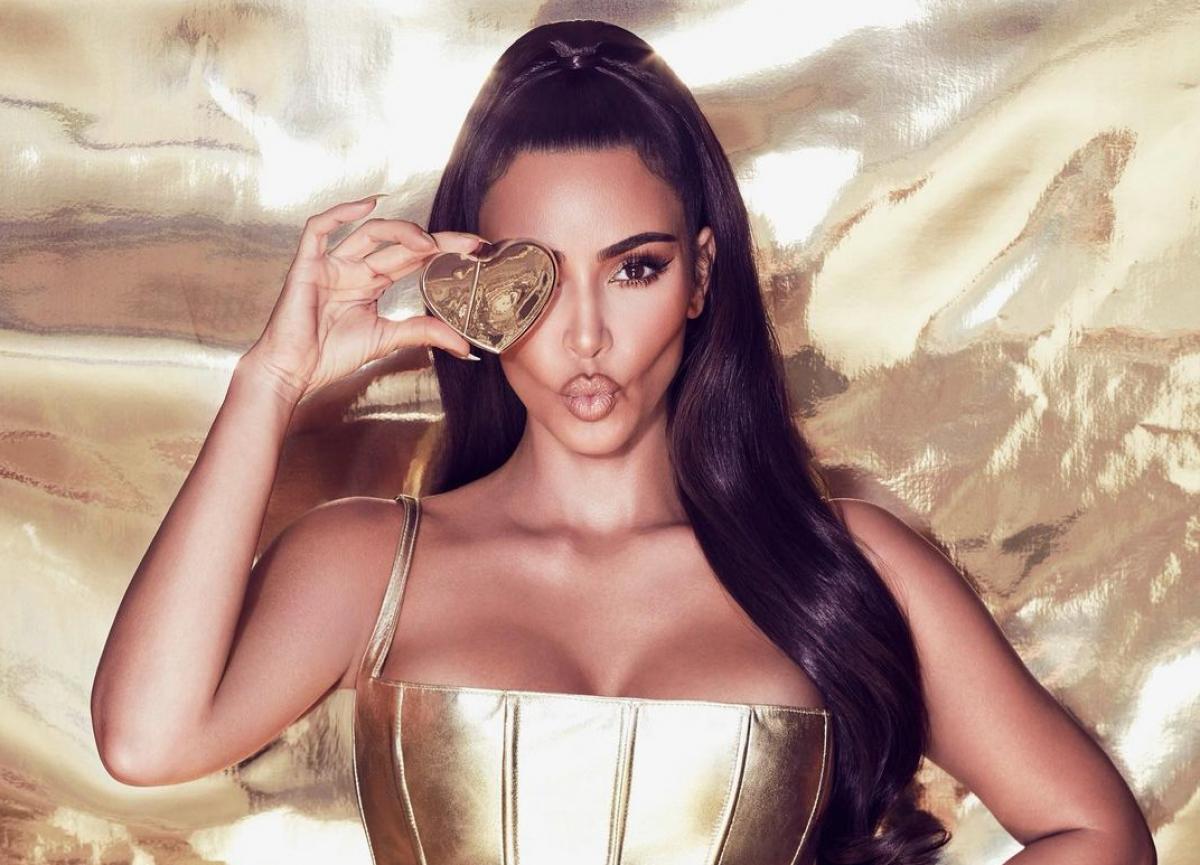 Ким Кардашьян — модель «не вместила» грудь в микробикини — УНИАН