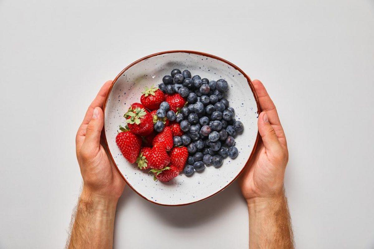 Витаминный сезон. Как не отравиться ранними овощами и ягодами