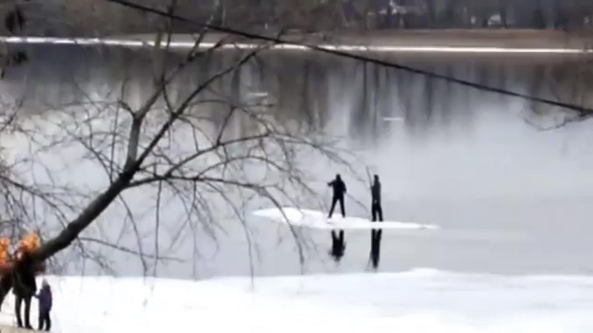Співробітники ДСНС врятували чоловіків за допомогою надувного човна / cкріншот з відео
