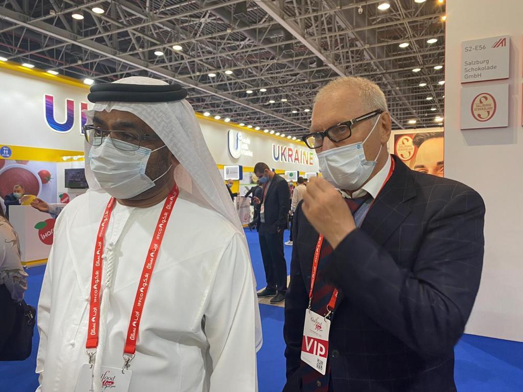 Учредитель BGV Group Геннадий Буткевич беседует с Чрезвычайным и Полномочным послом ОАЭ в Украине Салемом Ахмедом Аль-Кааби.