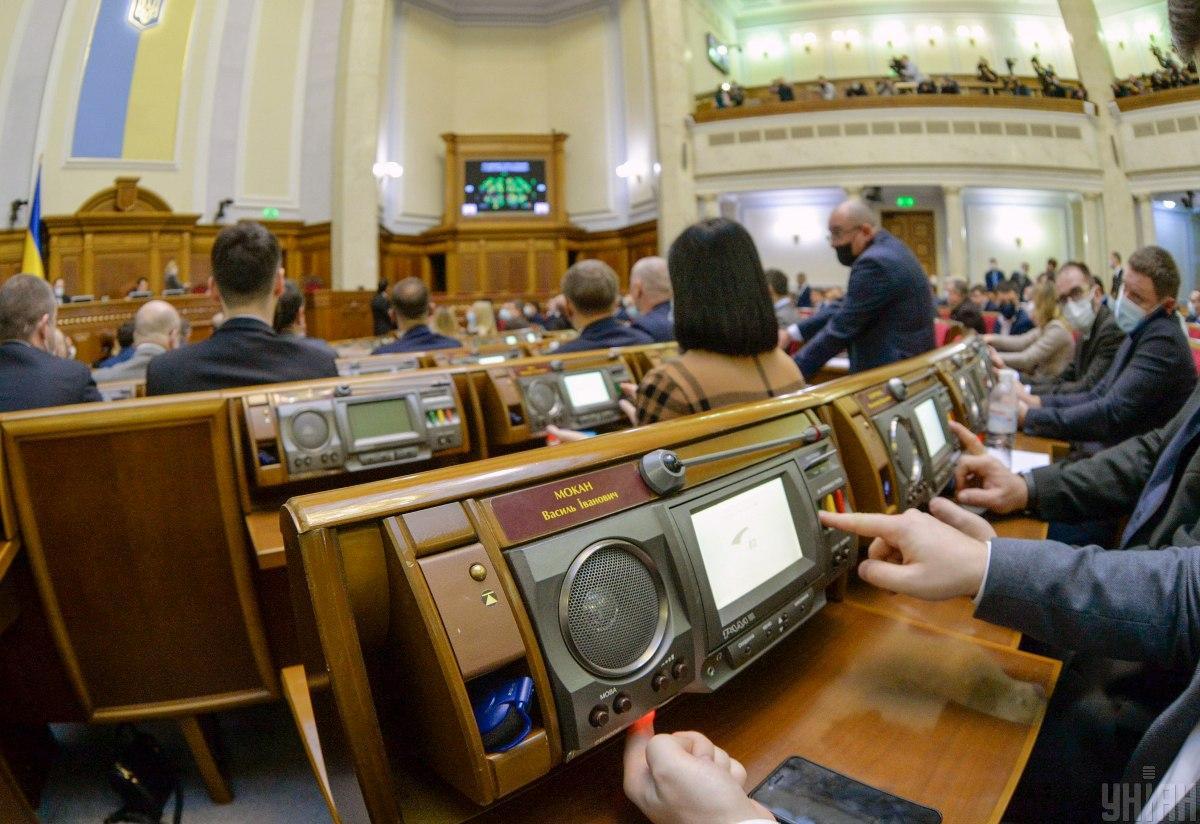 Заседание Рады 17 марта-у депутата задымился пульт голосования / фото УНИАН, Александр Кузьмин