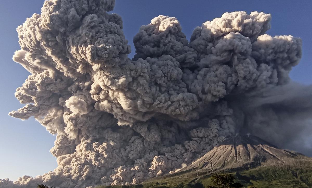 На Суматрі знову активізувався вулкан Сінабунг / фото REUTERS