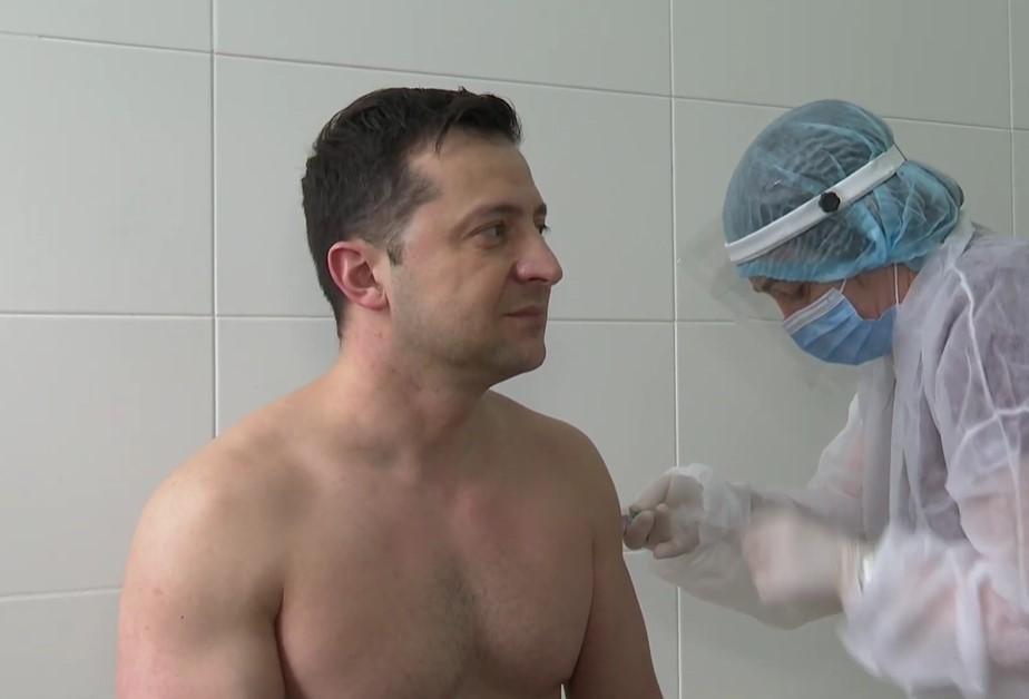 Зеленський отримує дозу вакцини / скріншот з відео
