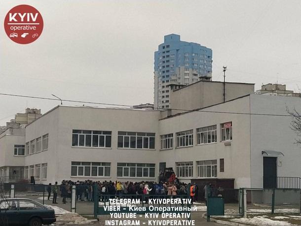 Всех детей вывели на улицу по тревоге/ фото Киев оперативный