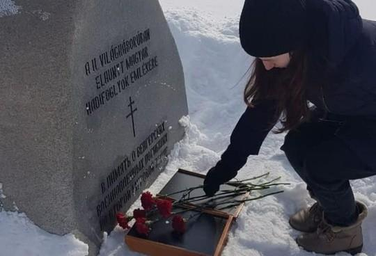 Молодые единороссы возложили цветы солдатам гитлеровской Оси/ Соцсети