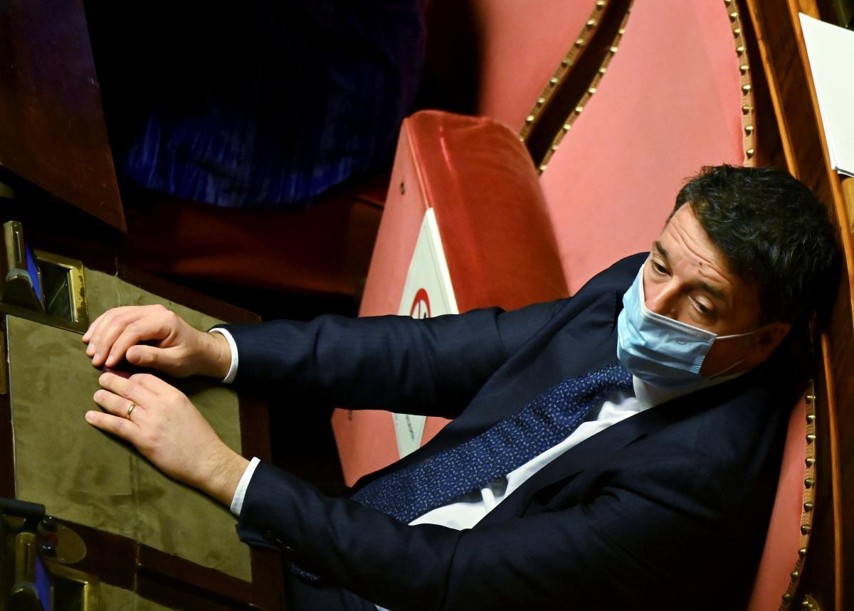 Маттео Ренціотримав конверт з гільзами для зброї / фото REUTERS