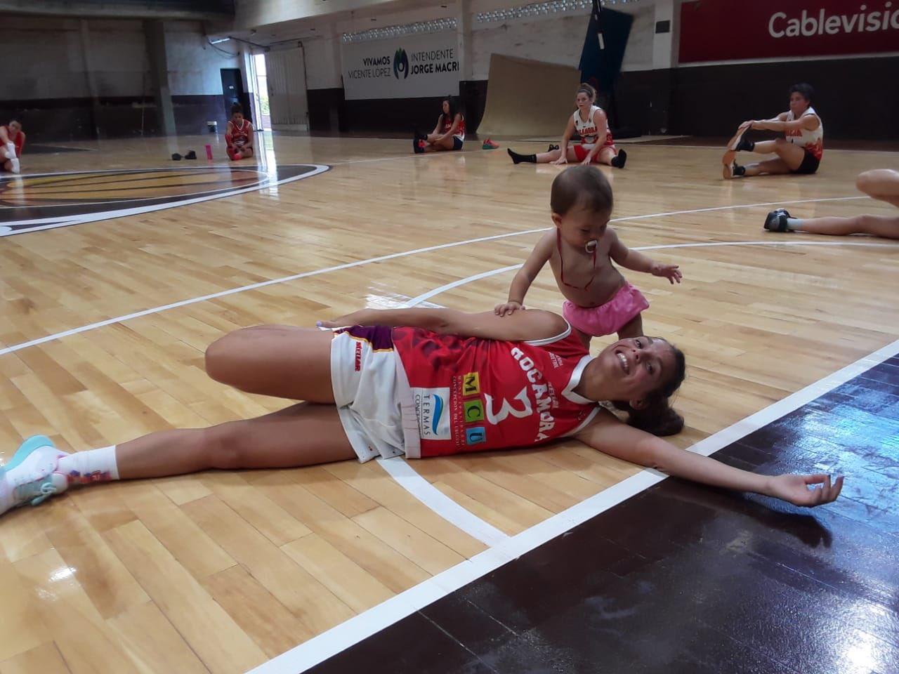 Антонелла Гонсалес зі своєю донькою / фото twitter.LFBArgentina