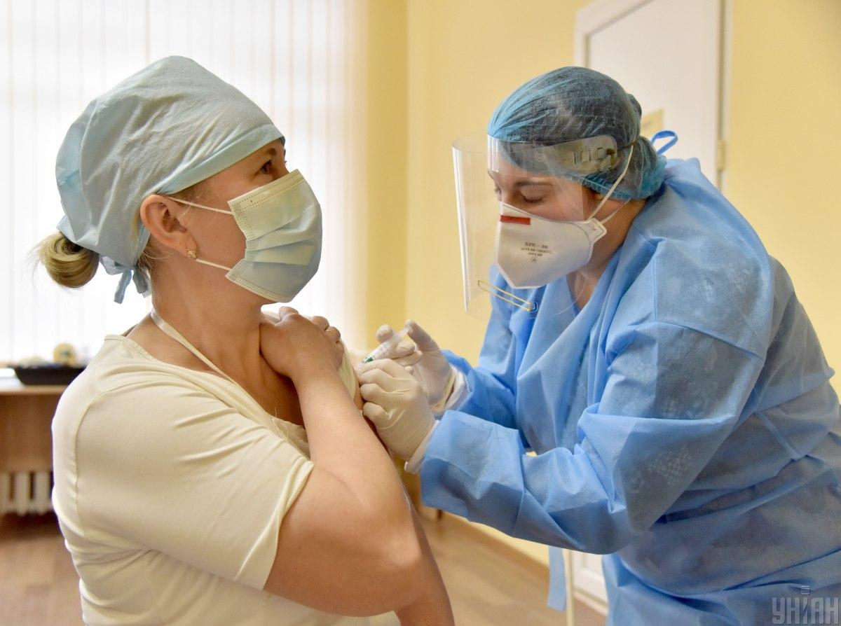 24 февраля в Украине начали делать прививки медицинским работникам / фото УНИАН, Павел Паламарчук
