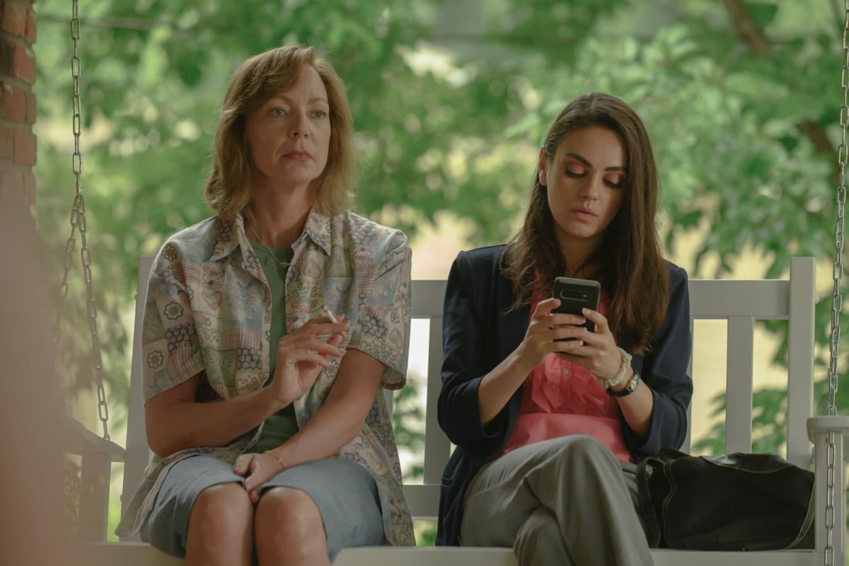 """Эллисон Дженни и Мила Кунис / кадр из фильма """"Дать дуба в округе Юба"""""""