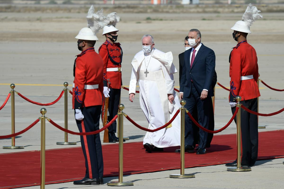 Pope urges Iraqis to give peace a chance