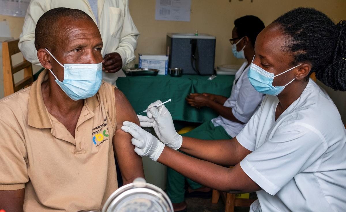 У країні зараз діють 500 центрів вакцинації / Фото REUTERS