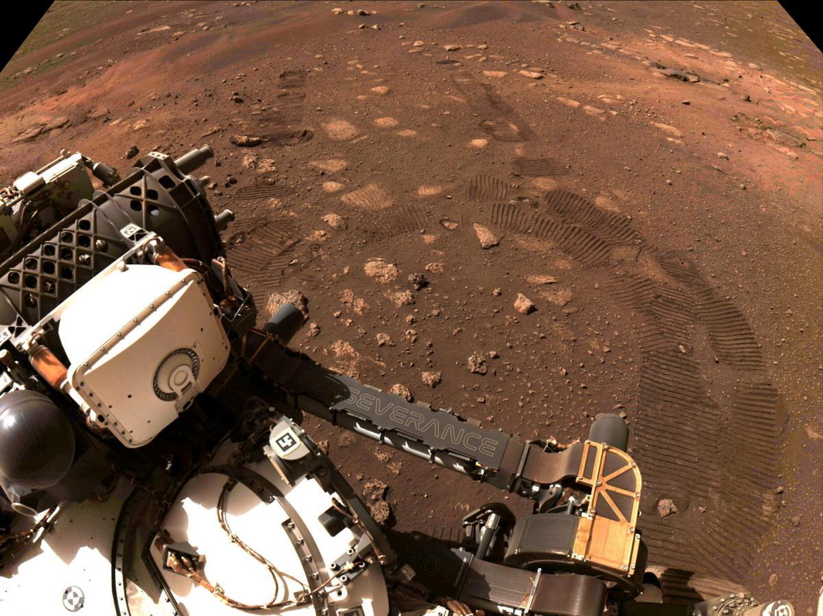 """Марсохід Perseverance: """"Ви дивитеся на початок слідів від моїх коліс"""" / фото REUTERS"""