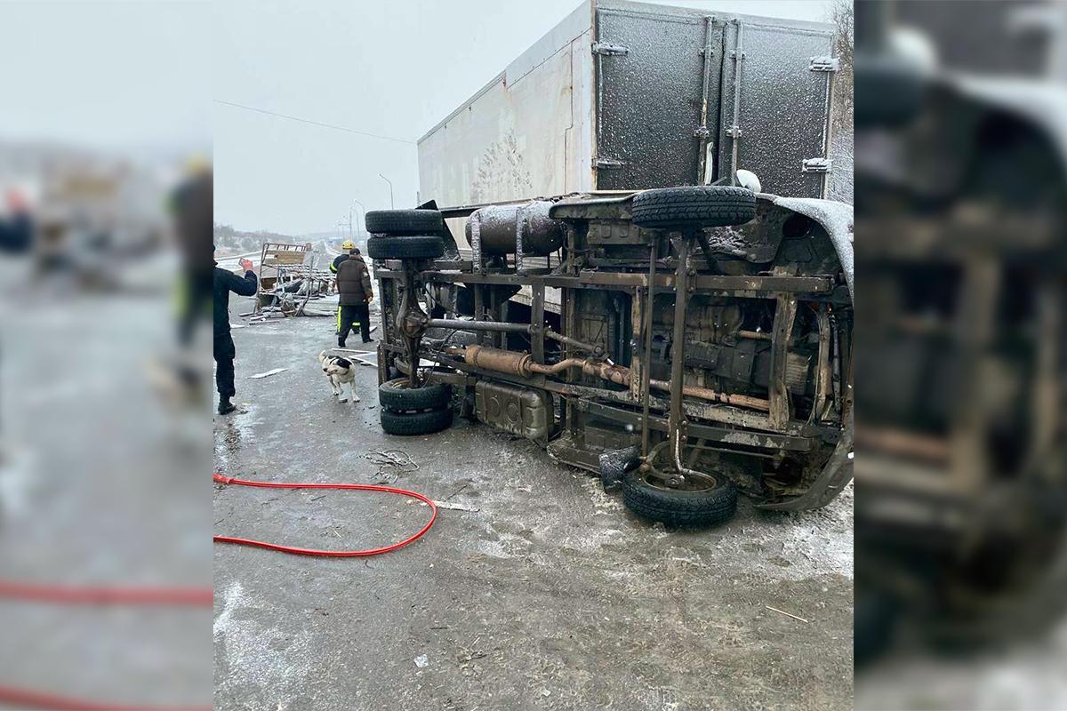 Сталася аварія з участю двох вантажівок: є загиблий і постраждалі / dsns.gov.ua