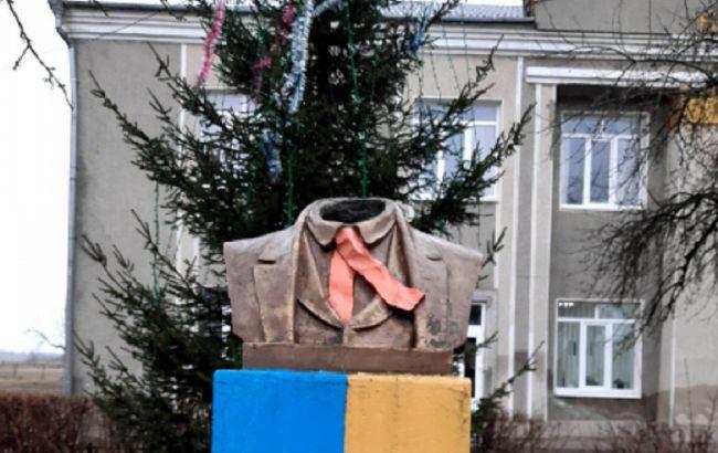 На Прикарпатті поліцейські розшукали хуліганів, які пошкодили пам'ятник Шевченку / фото facebook.com/ruslan.martsinkiv