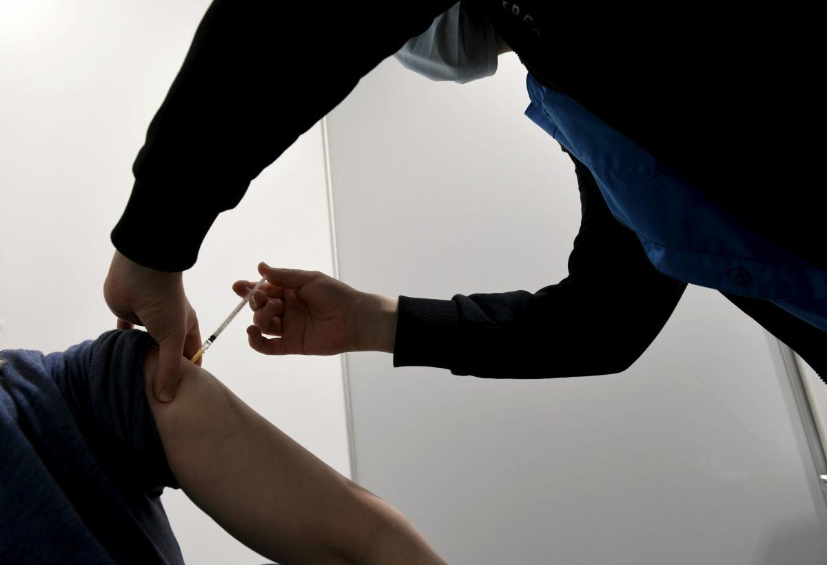У Міноборони повний курс вакцинації проти COVID-19 пройшли 84% співробітників, а в МВС – 68% / ілюстрація REUTERS