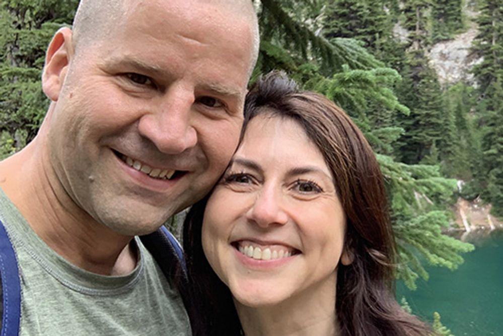 Маккензи Скотт и ее новый супругДэн Джуэтт/wsj.com