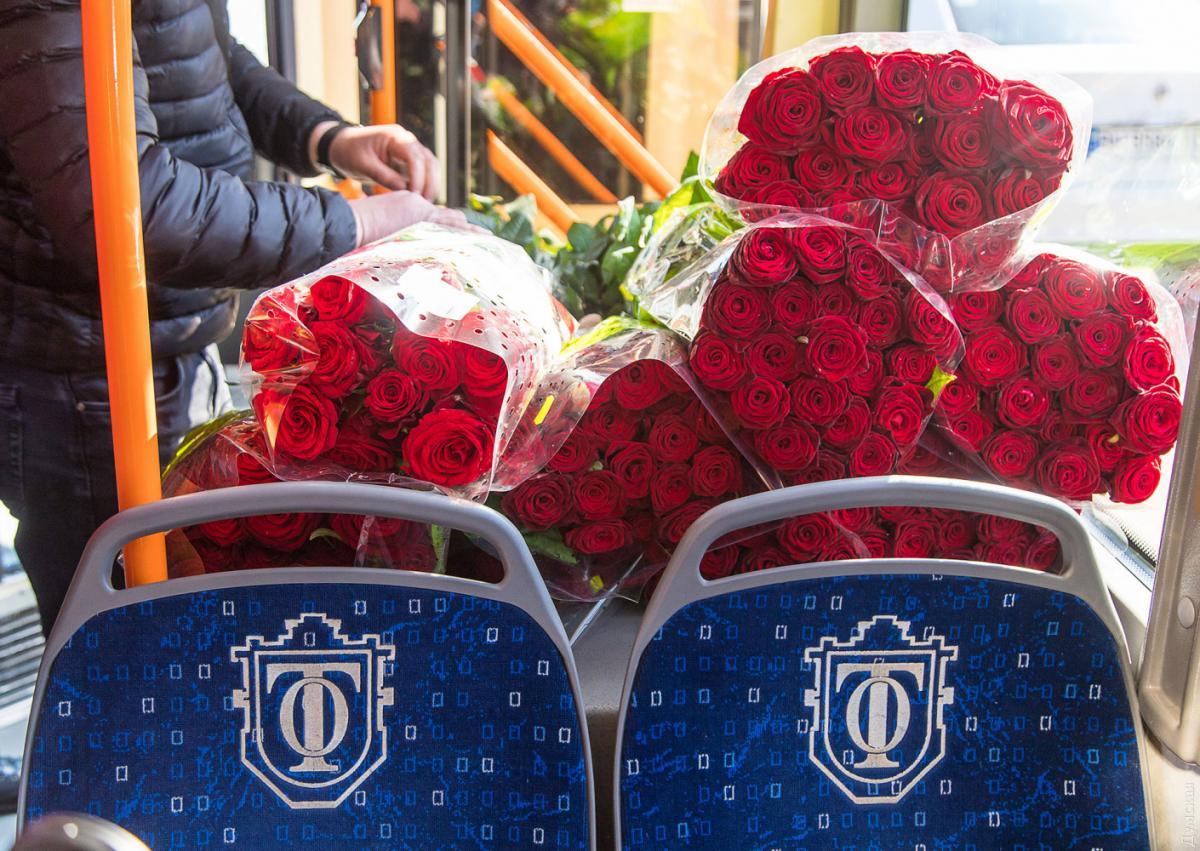 В Одесі жінкам у тролейбусі дарували троянди / фото Думська