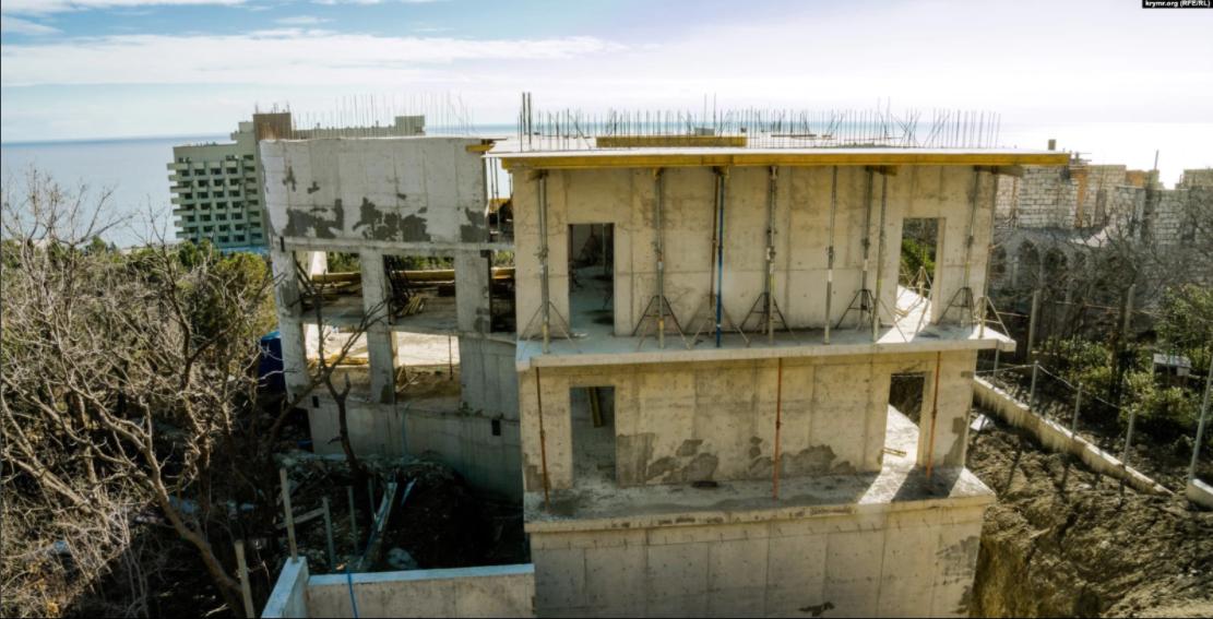 В верхней части парка все же успели выгнать несколько бетонных этажей / фото krymr.com