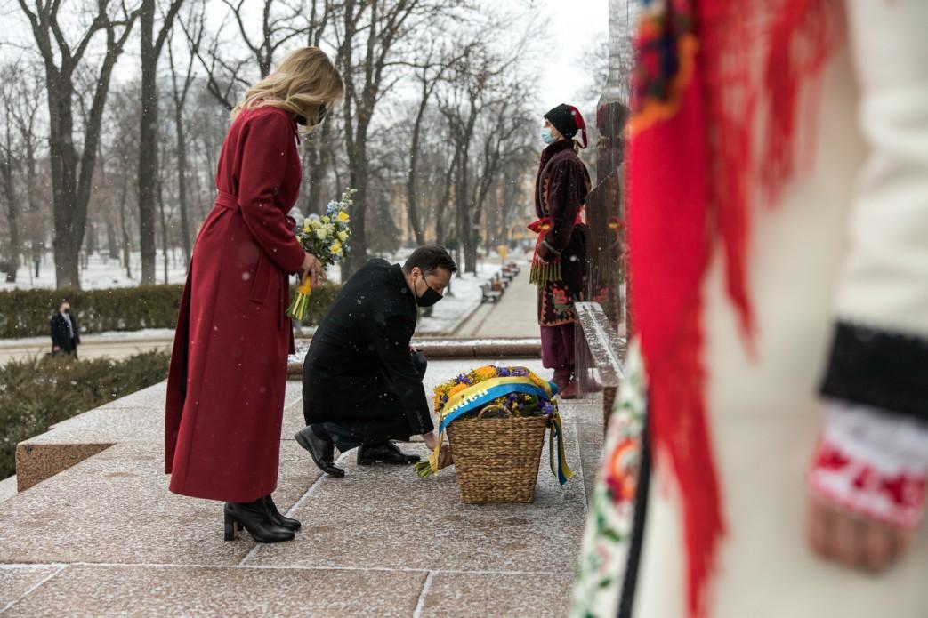 Владимир Зеленский вместе с женой Еленой почтили память Тараса Шевченко / фото president.gov.ua