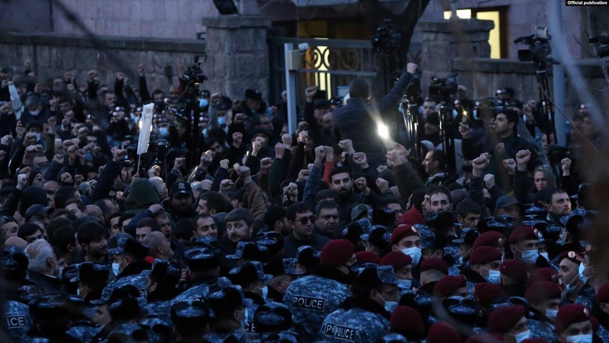 Протестующие перекрывают проспект Баграмяна и улицу Демирчяна / Фото Радио Азатутюн