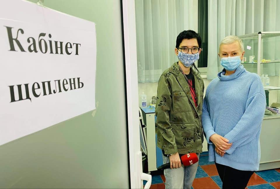 Алла Мазур, которая прошла химиотерапию, сделала прививку от коронавируса / фото facebook.com/1plus1.AllaMazur