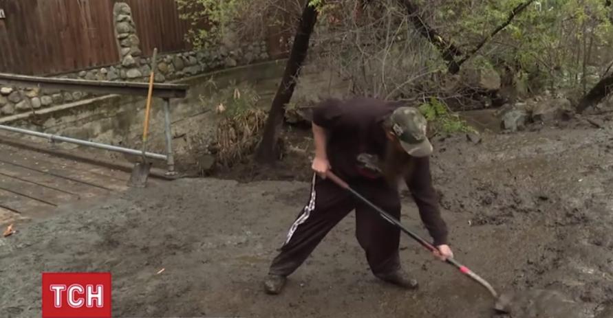 Волонтеры откапывают дворы от грязи / скриншот с видео