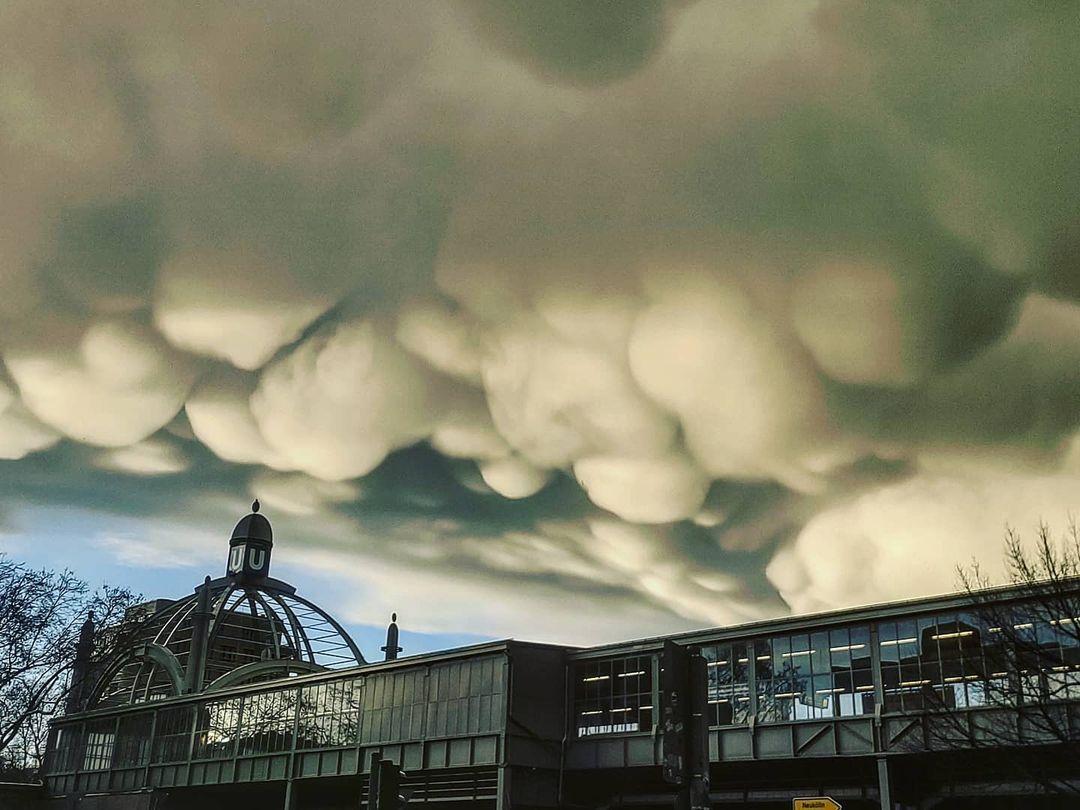 Необычные облака в небе над Берлином / фото instagram.com/whattapity_