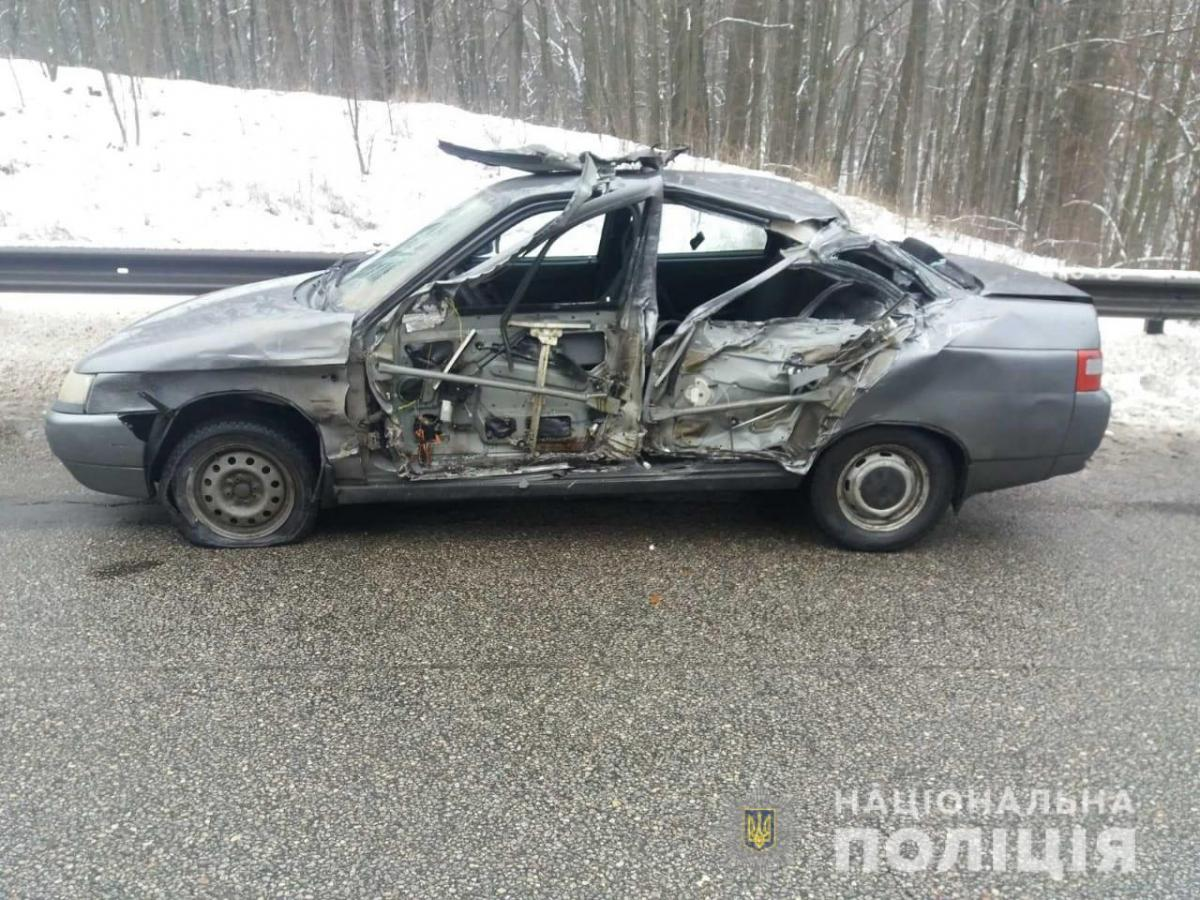 В результате ДТП на Харьковщине 64-летняя пассажирка и 33-летняя водитель с двумя детьми попали в больницу / фото Национальная полиция