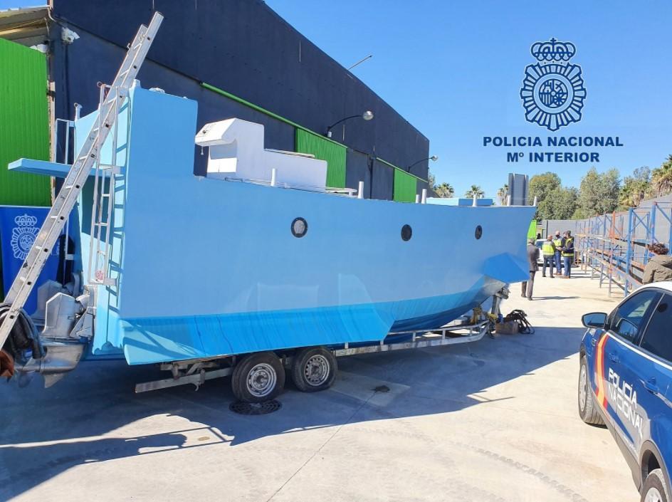Судно обнаружилина промышленном складе в городе Малага/ фото policia.es