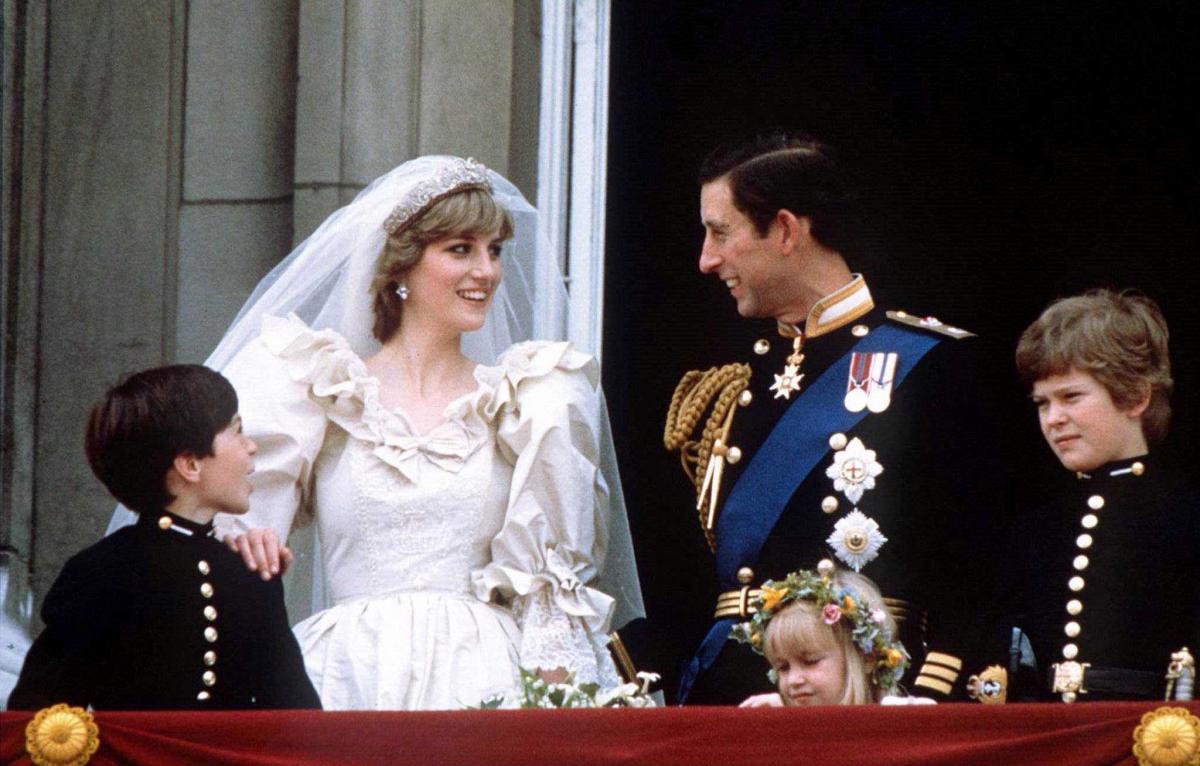 Принцеса Діана і принц Чарльз на балконі Букінгемського палацу під час весілля/ фото REUTERS