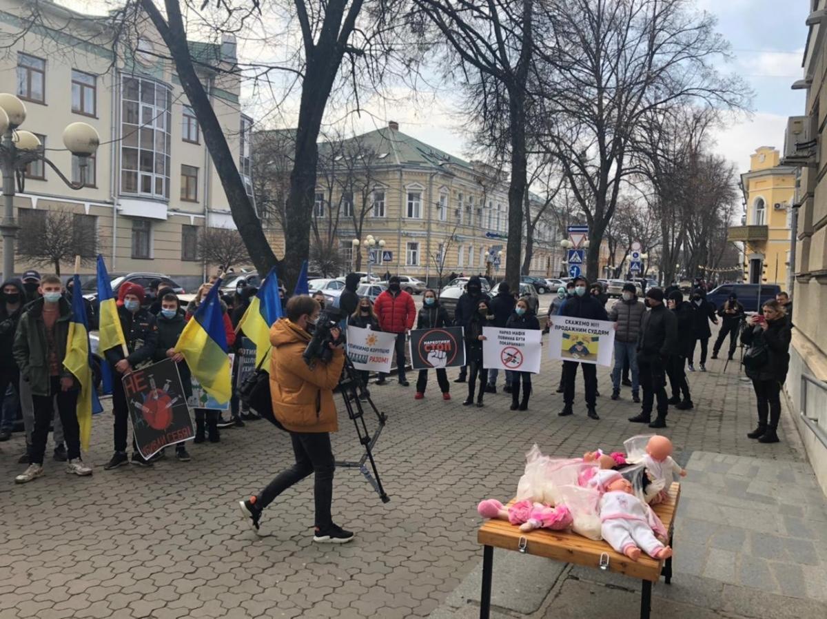 Активисты устроили акцию под судом с требованием не освобождать наркоторговцев из-под стражи / фото Олег Булашев