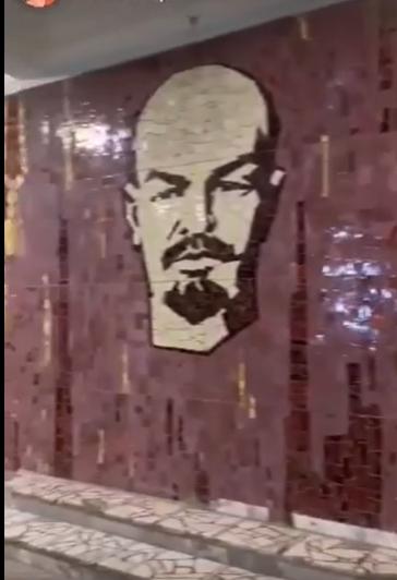 """""""Ленин"""" в сельском клубе / facebook.com/DecommunizeUkraine"""