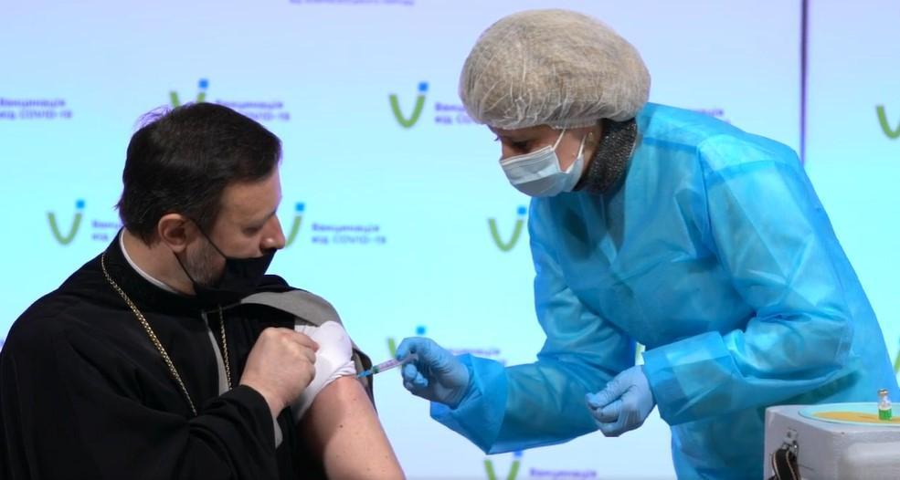 Известные религиозные лидеры Украины сделали прививку от коронавирус / скрин видео facebook.com/moz.ukr