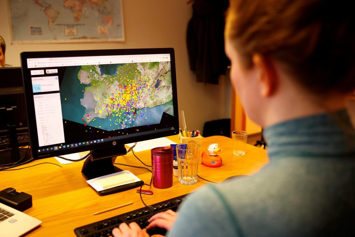 Геофизик наблюдает за сейсмической активностью в Рейкьявике / Фото REUTERS