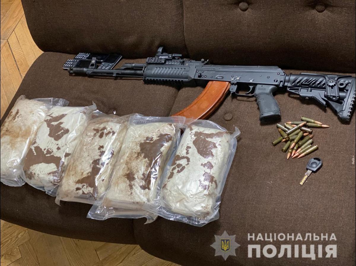 У задержанных изъяли наркотики и оружие / фото Национальной полиции