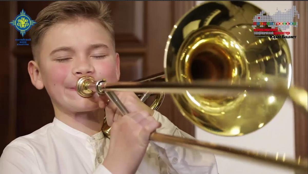 Глеб играет в составе Всероссийского юношеского симфонического оркестра/ скриншот из видео