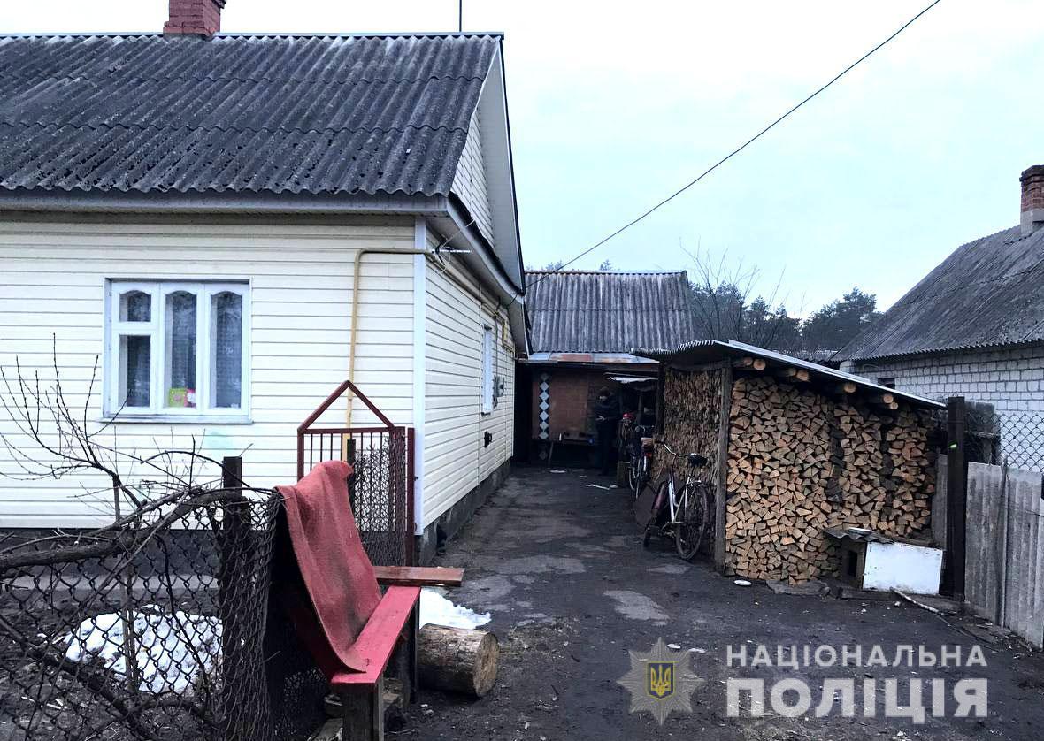 Листоноша зайшла на подвір'я, де мешкає зловмисник, із сумкою з грошима / фото rv.npu.gov.ua