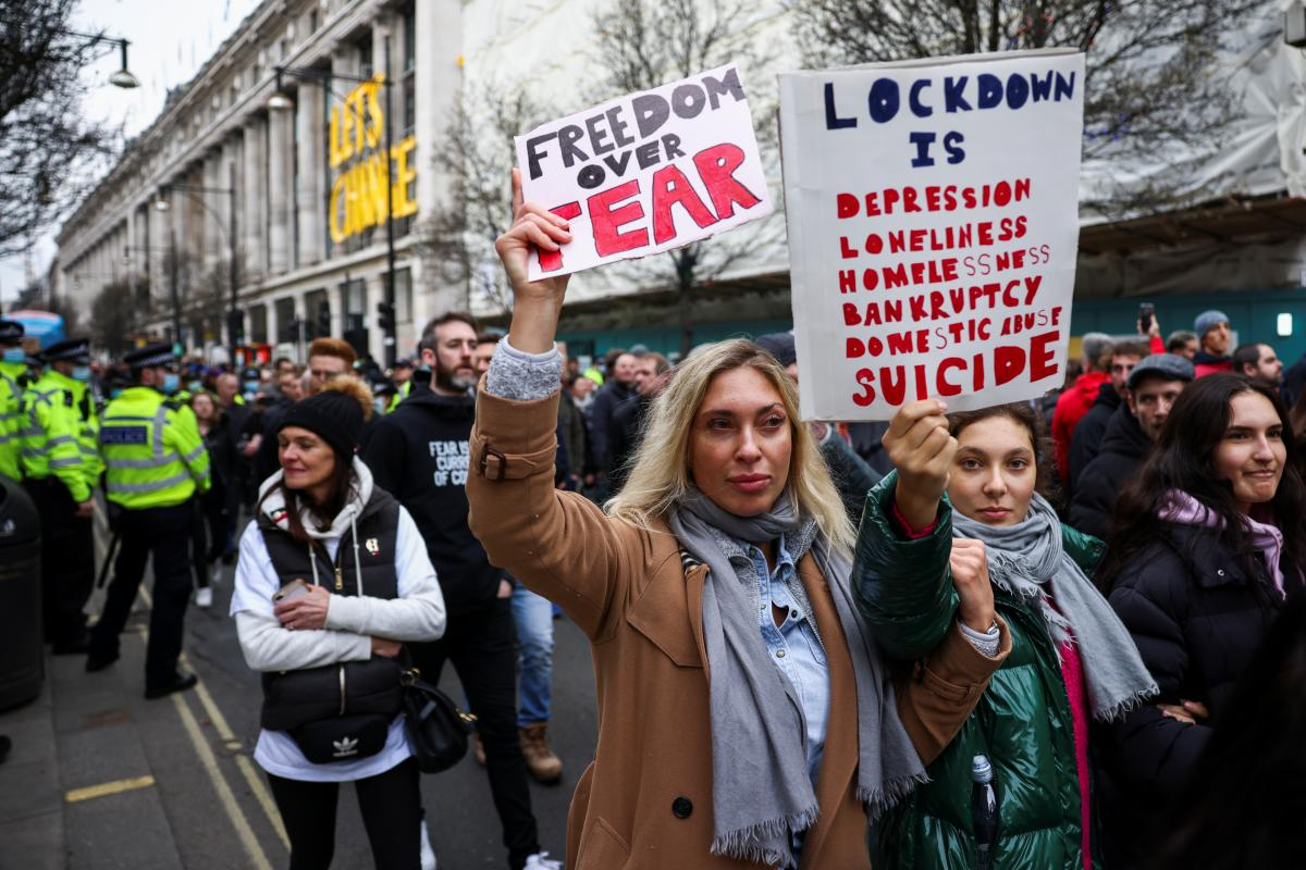 У Лондоні антикарантинний протест закінчився сутичками з поліцією / фото REUTERS