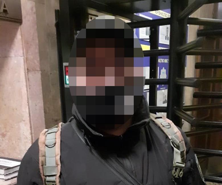 Задержанный мужчина ранее привлекался к уголовной ответственности за незаконное обращение с оружием / фото Национальная полиция