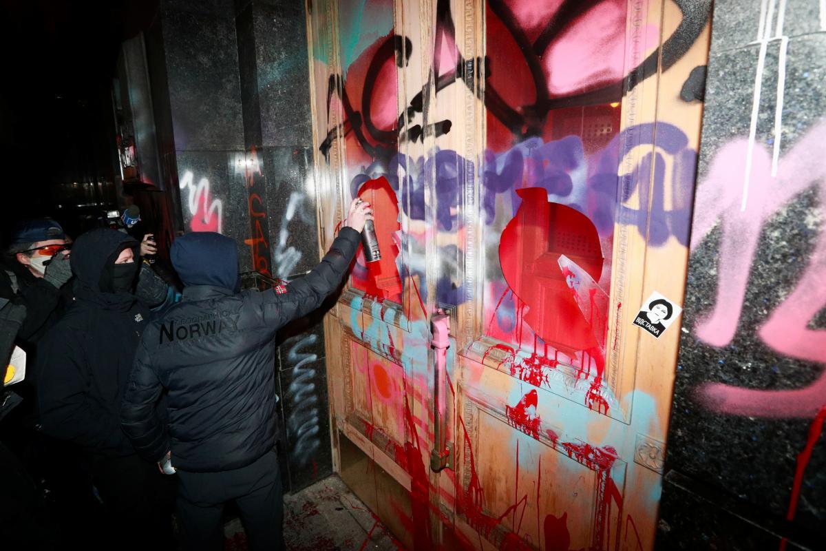 В ОП пообещали вскоре ликвидировать последствия вандализма / фото REUTERS
