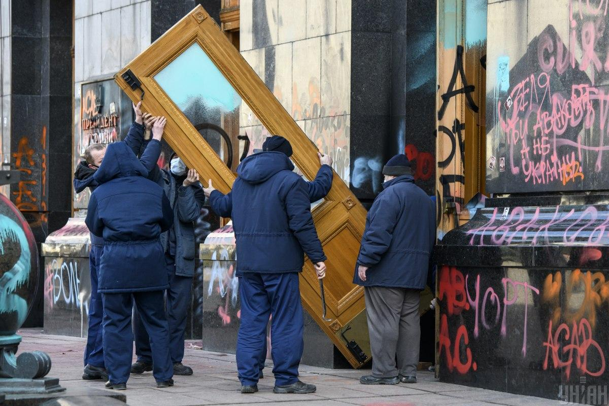 Поврежденные двери Офиса президента собираются реставрировать и вернуть на место / фото УНИАН, Владислав Мусиенко