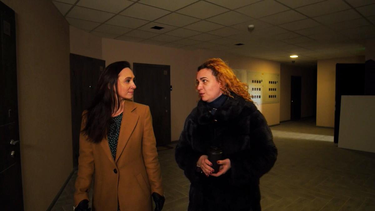 Юлія Курганова, ріелтор показує квартиру, яка входить в іпотечну програму