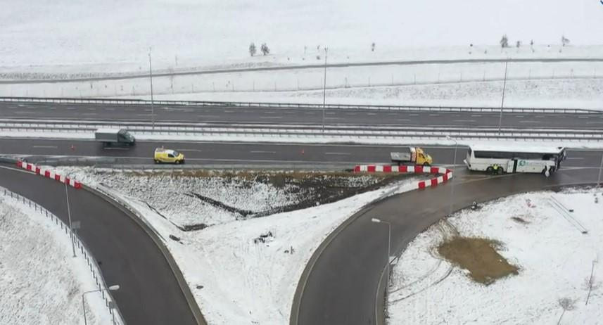 По предварительной информации, автобус врезался в ограду и вылетел на обочину / скрин видео tvn24.pl
