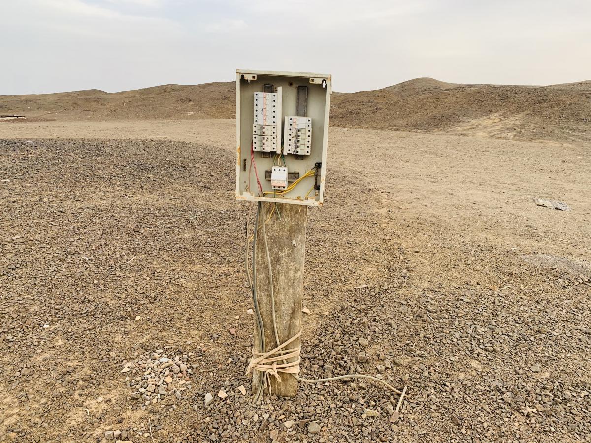 Электрощитовая в центре лагеря бедуинов / фото автора