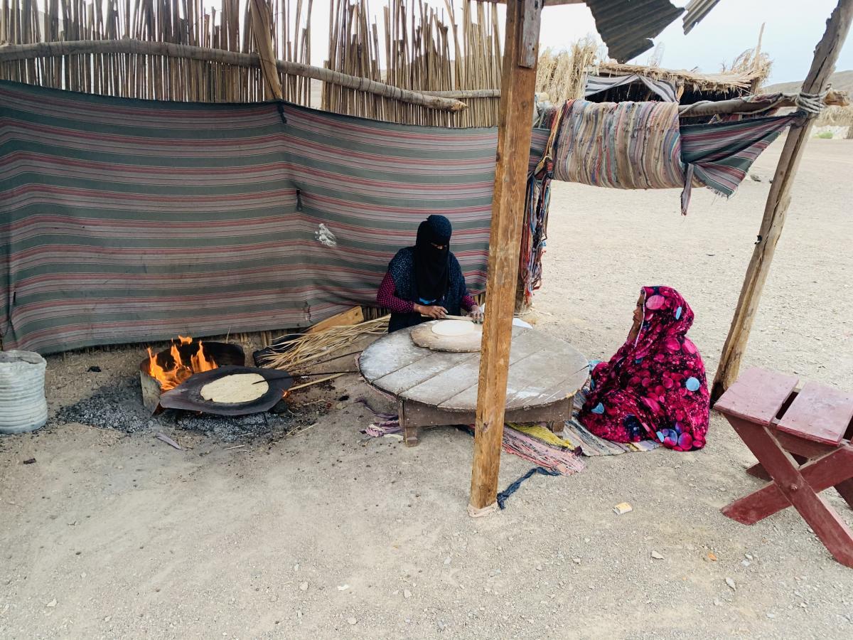 Бедуинки готовят еду / фото автора