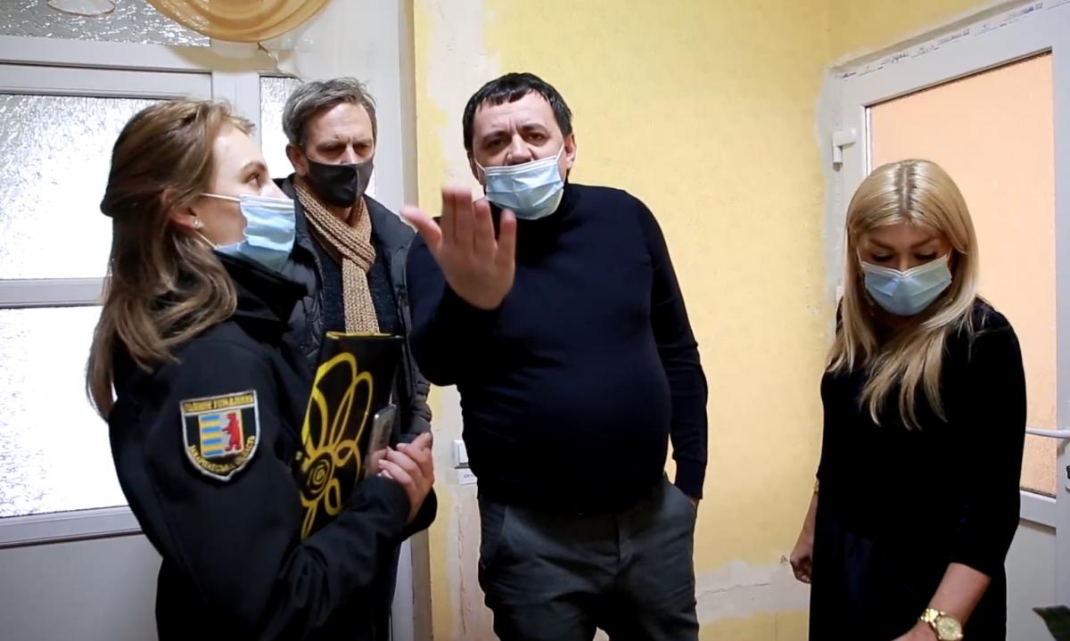 В Мукачівському психдиспансері справжній треш журналістам демонструє… його директор Тарас Іполітов / фото «Гроші»