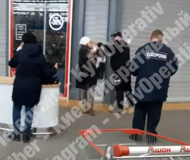 Охранник несколько раз ударил женщину в лицо / скриншот из видео