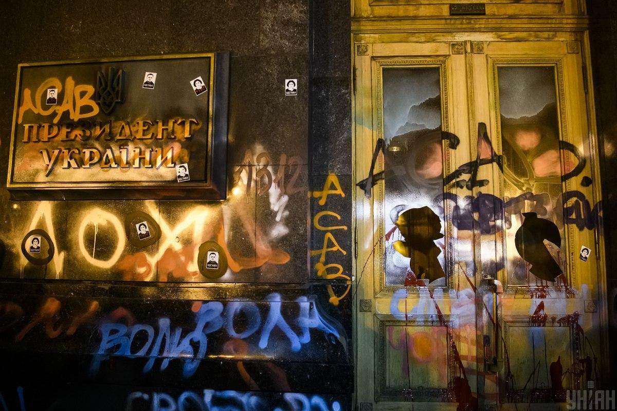 Так выглядело здание ОП вечером 20 марта / фото УНИАН, Владислав Мусиенко
