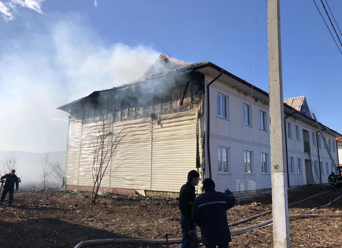 На Закарпатье загорелись кровли двух многоквартирных жилых домов в комплексе, построенном для переселенцев / фото ГСЧС